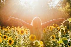 Sonnenbeschiene Frau der Schönheit auf gelber Sonnenblumenfeld Freiheit und Glückkonzept lizenzfreie stockfotos
