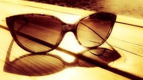 Sonnenbeschiene Gläser auf Dock stockbild