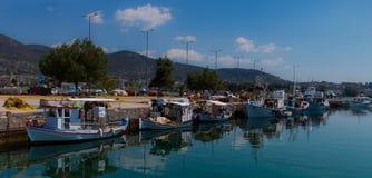 Sonnenbeschiene mehrfarbige Mittelmeerfischerboote verankert auf Wasser in Euboea - Nea Artaki, Griechenland lizenzfreie stockbilder