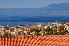 Sonnenbeschiene rote Dächer Rijekas in die Stadt mit blauem adriatischem Meer Kroatien Stockbilder
