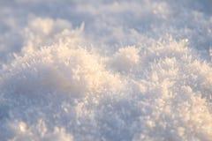 Sonnenbeschiene Schneeoberfläche Stockfotos