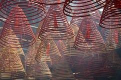 Sonnenbeschiene Weihrauchspulen in Hong Kong-Tempel Stockbilder