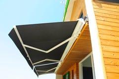 Sonnenblende-Vorhänge - Sonnenschutz Bloße Vorhänge, Solarschatten sind populäres Fenster Schatten, Vorhänge, Vorhänge Lizenzfreies Stockbild