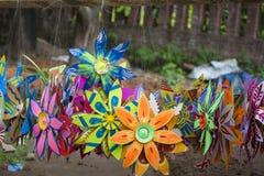 Sonnenblume, die auf den weißen und Grünbüchern macht Lizenzfreie Stockbilder