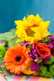 Sonnenblume und Gerbera im Blumenstrauß des Floristen blüht Lizenzfreie Stockfotografie