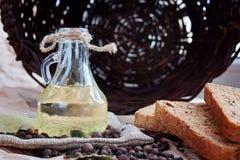 Sonnenblumenöl, Brot und Gewürze und Korb Stockfotografie