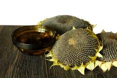 Sonnenblumenöl und Sonnenblumen auf dem Tisch Stockfoto