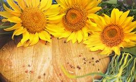 Sonnenblumen auf hölzernem Brett Lizenzfreies Stockfoto
