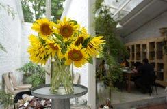 Sonnenblumen im Glasvase Stockfoto
