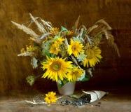 Sonnenblumen mit Samen in einer Papiertüte Lizenzfreie Stockfotografie