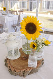 Sonnenblumen-Mittelstück, weiße Kerzen-Laterne, Dekoration Lizenzfreie Stockfotografie