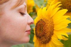 Sonnenblumen und Frau 3 Lizenzfreies Stockfoto