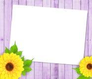 Sonnenblumen und Papierfeld Stockfotografie