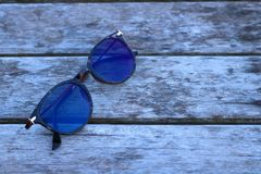 Sonnenbrille auf Bretterboden Stockfoto