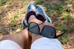 Sonnenbrille auf dem Bein eines Mannes Lizenzfreie Stockbilder