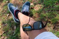 Sonnenbrille auf dem Bein im Garten Lizenzfreies Stockbild