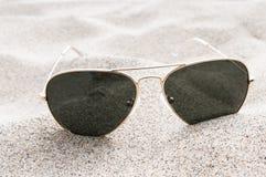 Sonnenbrille auf dem Sand Lizenzfreie Stockbilder