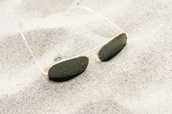 Sonnenbrille auf dem Sand Lizenzfreies Stockbild