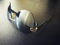 Sonnenbrille auf dem Tisch Lizenzfreies Stockfoto