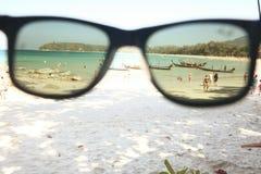 Sonnenbrille auf einem sandigen Strand Stockbild