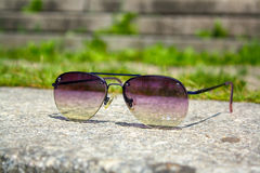 Sonnenbrille auf einem Stein Stockfoto