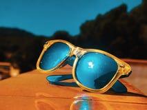 Sonnenbrille auf einer gelben Wand stockbilder