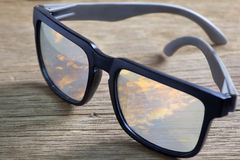 Sonnenbrille auf einer Holztischnahaufnahme Lizenzfreies Stockfoto