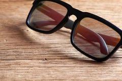 Sonnenbrille auf einer Holztischnahaufnahme Stockfoto