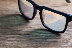 Sonnenbrille auf einer Holztischnahaufnahme Lizenzfreies Stockbild