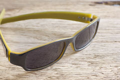 Sonnenbrille auf einer Holztischnahaufnahme Lizenzfreie Stockfotos