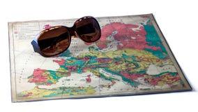 Sonnenbrille auf Europa-Karte, lokalisiert Stockbilder
