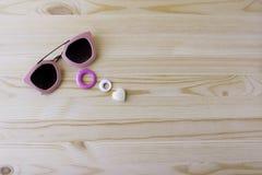 Sonnenbrille auf hölzernem Hintergrund, Feiertage auf sonniger Welt Stockbilder