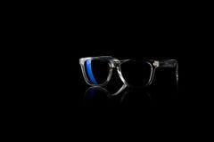 Sonnenbrille auf schwarzem Hintergrund Lizenzfreie Stockfotos