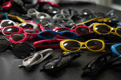 Sonnenbrille auf schwarzer Tabelle lizenzfreie stockfotos