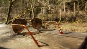 Sonnenbrille auf Tabelle in der Natur stockbild