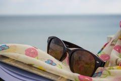 Sonnenbrille, Buch und Schal Stockbild