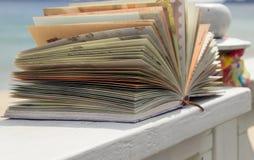 Sonnenbrille, Buch und Schal Lizenzfreies Stockbild