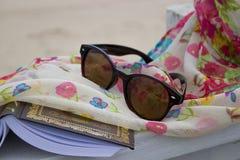 Sonnenbrille, Buch und Schal Stockfotografie
