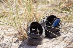 Sonnenbrille in einem Schuh Stockfotografie