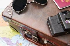 Sonnenbrille, Karte und Kamera auf altem Koffer und Karte von Amerika stockbilder