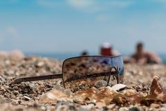 Sonnenbrille an Land Stockfoto