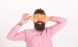 Sonnenbrille macht Attribut und stilvoller Zusatz Urlaub Augenschutz-Sonnenbrillesommerzusatz Hippie-Abnutzungsfensterladen lizenzfreies stockfoto