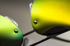Sonnenbrille mit grünen Linsen, Nahaufnahme lizenzfreie stockfotos