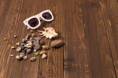 Sonnenbrille mit Oberteilen auf einer Tabelle Lizenzfreies Stockfoto