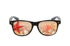 Sonnenbrille mit Sandreflexion Stockbild