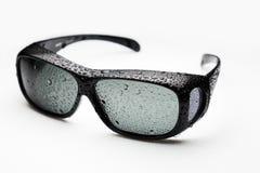 Sonnenbrille mit Wassertröpfchen Stockfotografie