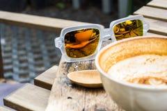 Sonnenbrille Refection der Kaffeetasse stockbilder