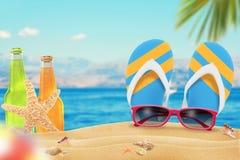 Sonnenbrille, Saft und Pantoffel auf Strand Starfish und Shells auf Sand Strand und Meer mit Palme im Hintergrund Stockbild