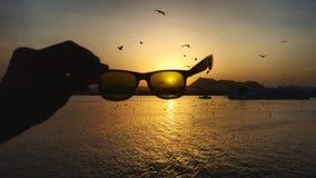 Sonnenbrille am Sonnenuntergang Stockbilder