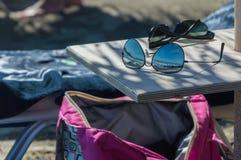 Sonnenbrille am Strand Lizenzfreie Stockbilder